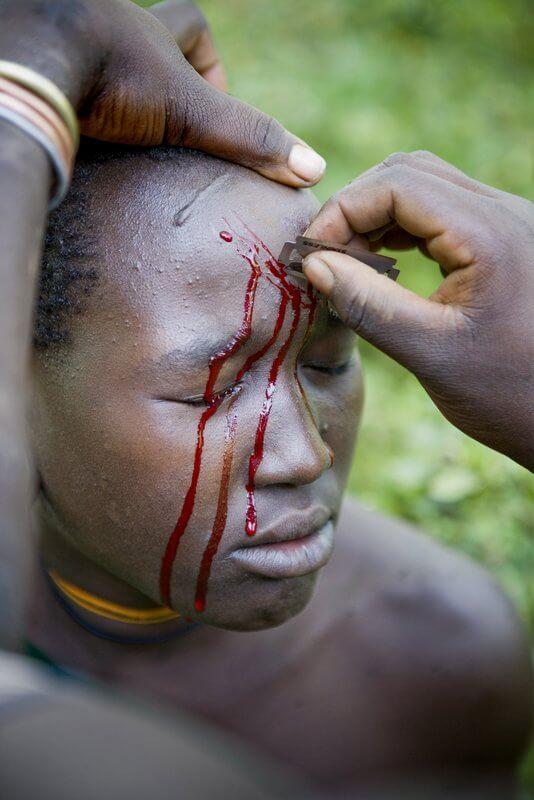 realización de escarificaciones africanas surma kibish