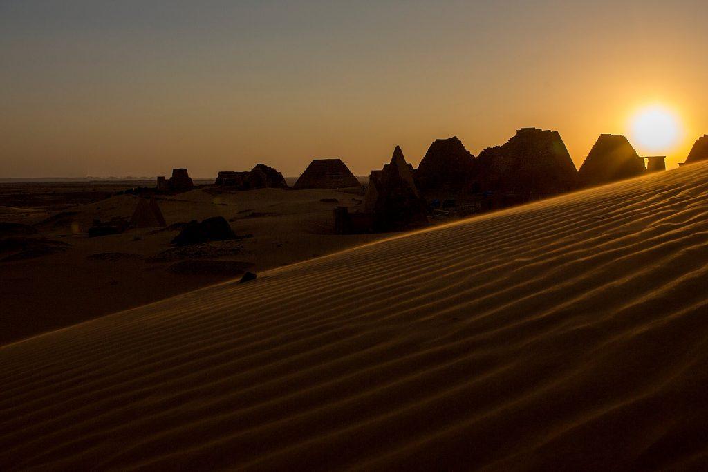 meroe-piramids-desert-sunset