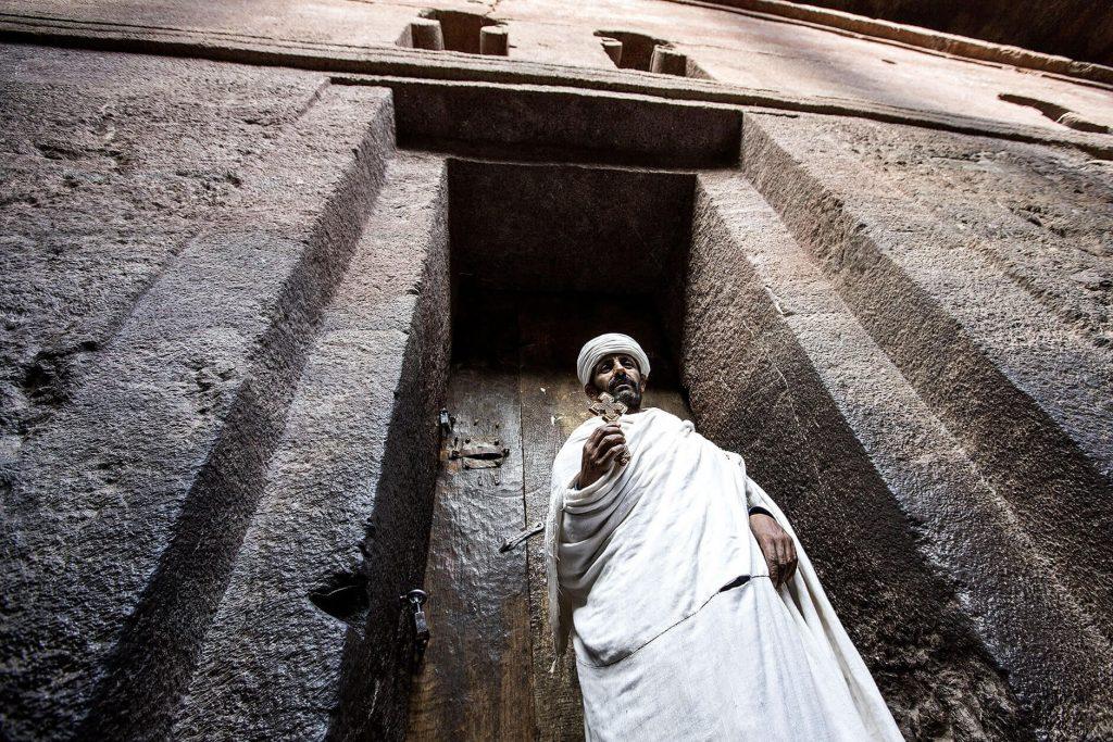 viaje-etiopia-monje-iglesia-lalibela